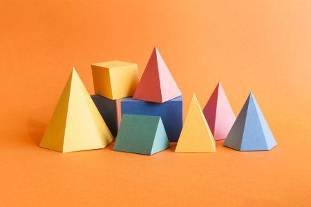 As pirâmides são poliedros que apresentam um polígono na base e faces triangulares