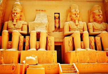 Exemplo de estátuas egípcias com representação faraônica