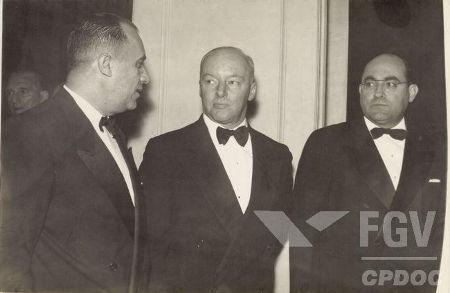 Na centro da imagem, Henrique Teixeira Lott, militar que organizou o Golpe Preventivo de 1955 *