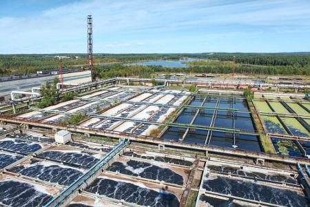 Uma estação de tratamento de água apresenta vários tanques para etapas específicas do processo de limpeza