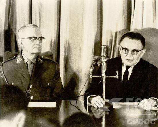 O marechal Humberto Castello Branco (de terno escuro) foi presidente do Brasil entre 1964 e 1967*