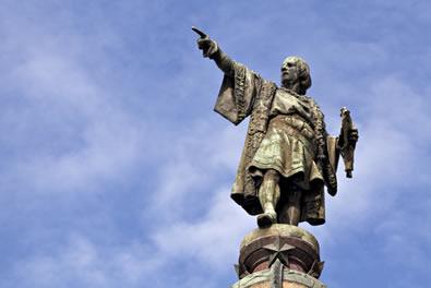 Cristóvão Colombo é representado em estátua indicando o caminho das Índias pelo Ocidente