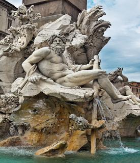 Estátua de Netuno na Fonte dos Quatro Rios, em Roma, Itália