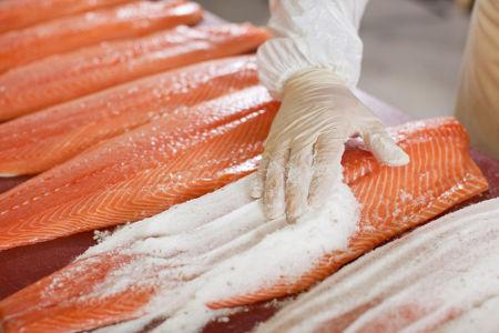 O cloreto de sódio (sal de cozinha), além de salgar a comida, também atua como conservante