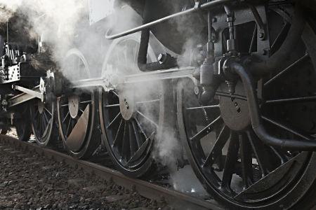 O desenvolvimento das locomotivas e das estradas de ferro foi resultado direto da Revolução Industrial