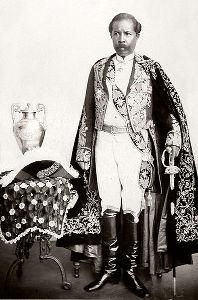 O primeiro-ministro malgaxe, Rainilaiarivony, tentou resistir ao domínio francês *