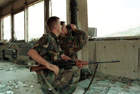 Soldados do Exército Bósnio lutando na cidade de Mostar, em 1993*