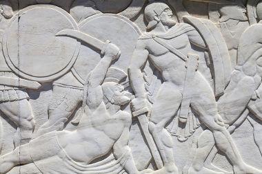 Acima, escultura em alto-relevo retratando Leônidas e os 300 de Esparta em luta contra os persas