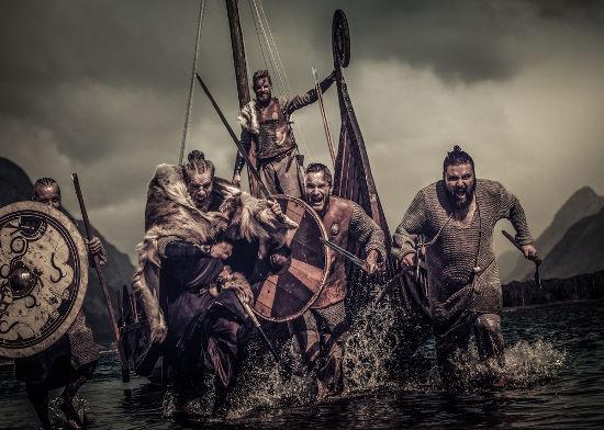 Na imagem, temos uma representação moderna da forma como os guerreiros vikings vestiam-se e de como eram suas armas