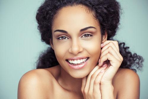 A melanina é um dos pigmentos que são responsáveis pela cor da pele.