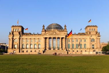 Acima, o Reichstag, o parlamento alemão, que foi o centro das decisões políticas da República de Weimar