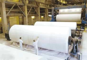 O papel é enrolado, formando grandes rolos de papel