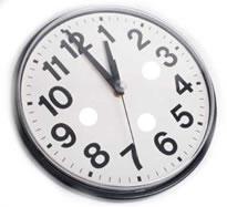 91d956e2fa O relógio está marcando 1 hora. O ponteiro maior aponta para o número 12 e  o menor para o número 1.