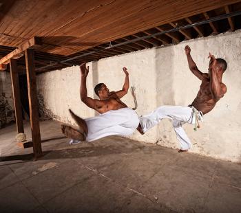 A prática da capoeira também é uma influência cultural africana
