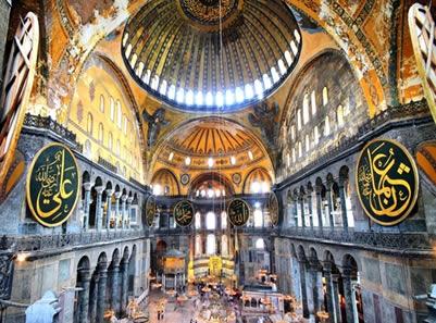Interior da Catedral de Santa Sofia, construída em Constantinopla, atual Istambul na Turquia.*