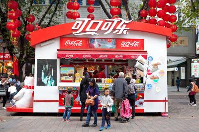 Publicidade da Coca-Cola em um pequeno ponto comercial em Guangzhou, na China *