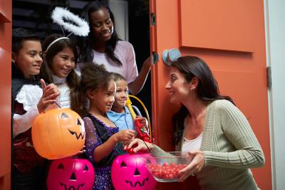 Crianças de porta em porta ganham doces