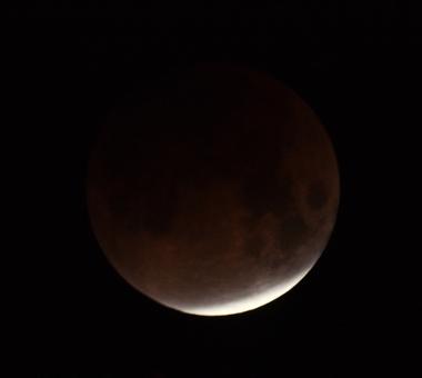 Nesse exemplo, a lua está sendo aos poucos encoberta pela sombra da Terra