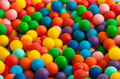 As bolas de uma piscina de bolinhas representam inúmeras esferas coloridas