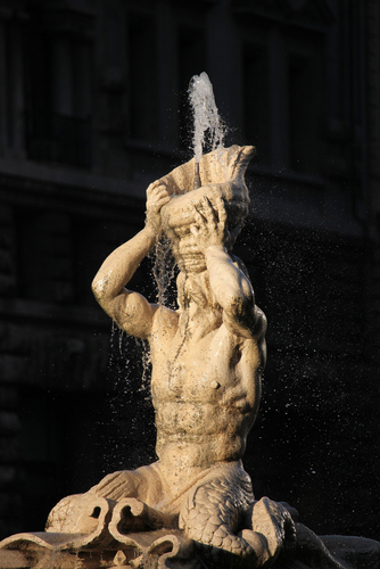 """Acima, uma das esculturas do conjunto """"A Fonte de Tritão"""", do italiano Gianlourenzo Bernini"""