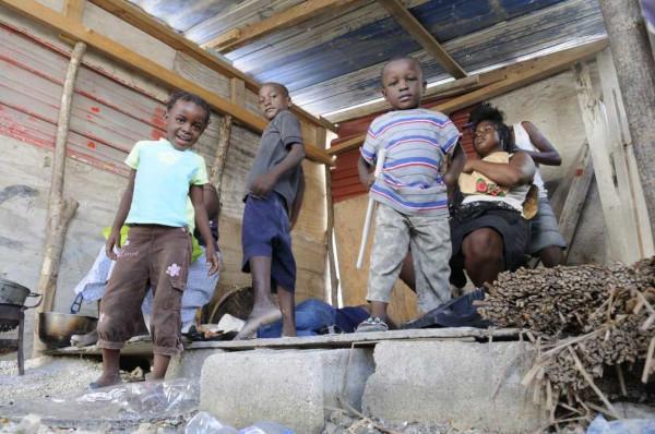 Imersos em crises políticas, econômicas e enfrentando situação de miséria, muitos haitianos migraram para o Brasil à procura de melhores condições de vida.**