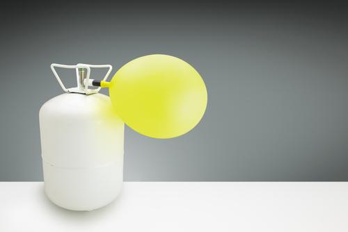 Balão sendo cheio com gás hélio