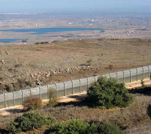 A cerca que limita Israel e Síria é um limite artificial, ou seja, construído pelo ser humano