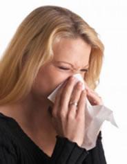 Geralmente as crises alérgicas vêm acompanhadas de coriza, espirros, nariz entupido, olhos e nariz avermelhados