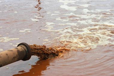 A poluição dos cursos d'água é um dos principais problemas da atualidade