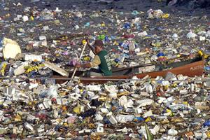 Poluição das águas pelo lixo.