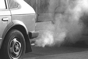 Os automóveis contribuem para a poluição do ar.