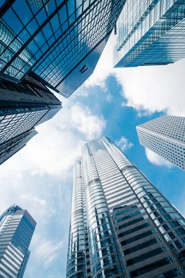 Os prédios impedem a circulação do ar e refletem o calor de volta para a rua