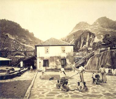 Escravos trabalhando em um terreiro de café, em fotografia de George Leuzinger (1813-1892) de 1870