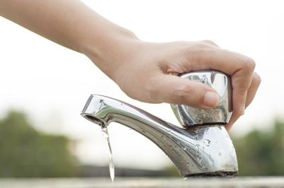 Evite o desperdício de água, sempre feche a torneira ao escovar os dentes, ensaboar as mãos, bem como ao lavar a louça