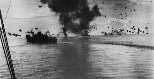 USS President Jackson em manobra durante confronto nas Ilhas Salomão, em 1942
